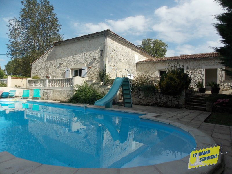 Between Jonzac and  Mirambeau, Charming charentaise with pool and small lake.