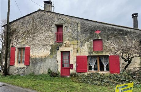 Near Pons, Stone charentaise 3 bed house with garage and garden.